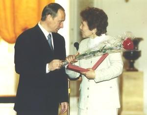 Из архива кн. владимир путин поздравляет лауреата госпремии рф в области науки и техники екатерину никифорову, 2000 год