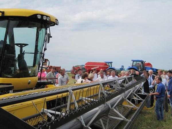 На днях поля демонстрируют сельхозтехнику