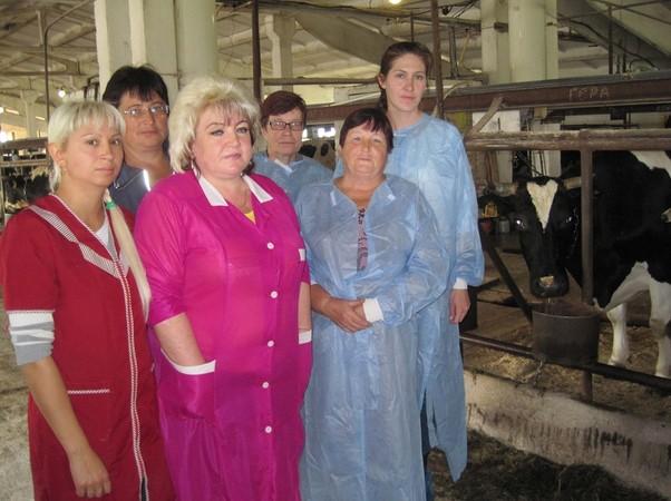 В.в.кузьминых_вторая справа_с коллективом специалистов агрофирмы